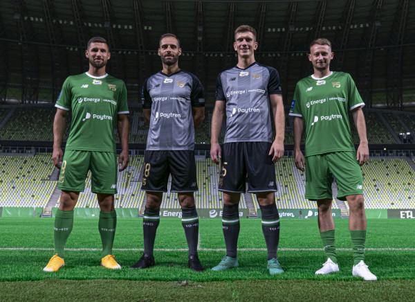 Łukasz Zwoliński i Jarosław Kubicki prezentują domowy, a Flavio Paixao i Michał Nalepa wyjazdowy komplet strojów, które Lechia Gdańsk przygotowała z okazji jubileuszu 75-lecia klubu.