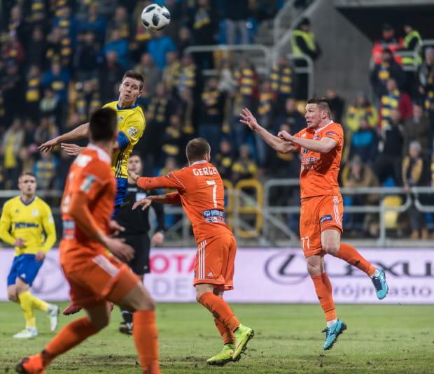 Arka Gdynia nigdy nie wygrała w Niecieczy, a jeden z dwóch zaledwie remisów wywalczyła po golu Michała Marcjanika. W Termalice najlepszymi obecnie snajperami są: Roman Gergel i Artem Putiwcew (wszyscy na zdjęciu).