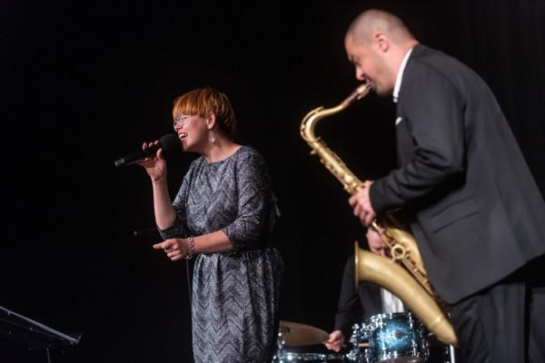 """Finał 13. edycji GND uświetnił koncert """"Szpetni czterdziestoletni na jazzowo"""" w wykonaniu Joanny Knitter z zespołem."""