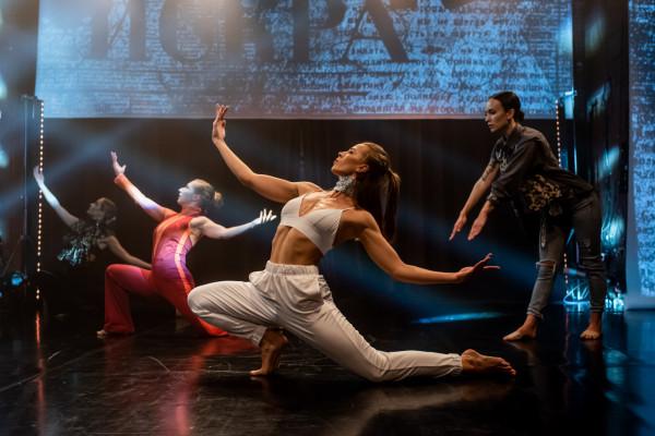 """Pierwsza część nazwana """"Stary kontynent"""" to żywioł tańca, mozaika stylów i indywidualności. Na zdjęciu od prawej: Róża Kołoda, Kalina Porazińska, Joanna Nadrowska i Wiktoria Rudnik."""