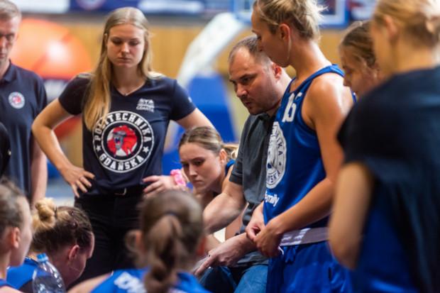 Trener Wojciech Szawarski (w środku) nie jest do końca zadowolony z ostatnich sparingów. W żadnym z nich nie udało się zagrać w pełnym składzie. Dopiero w ostatnim turnieju do drużyny dołączyła Jazmine Davis.