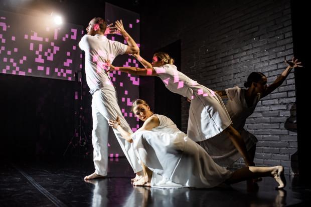 Dużo spokojniejsza druga część spektaklu nawiązuje do tradycji i stylu tańca zespołu Marie Rembert.