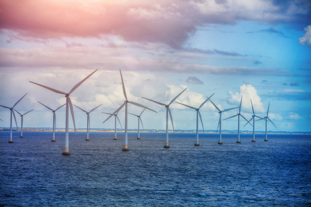 Szacuje się, że budowa morskich elektrowni wiatrowych wzdłuż polskiego Wybrzeża, tylko wpierwszym etapie, to rynek warty około 15 mld euro. Dobrze więc, aby również polskie firmy - inżynieryjne, projektowe, stoczniowe - miały swój udział wtym przedsięwzięciu.