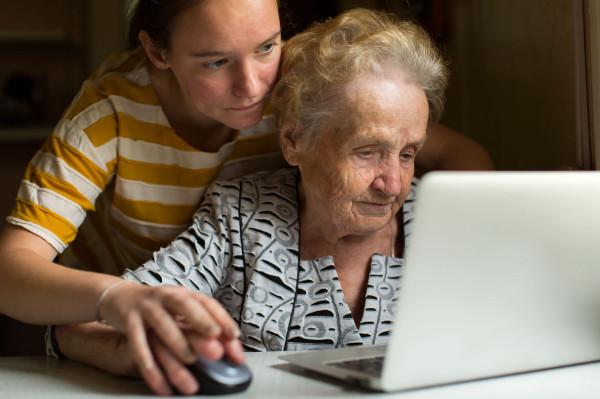 Wszystko wskazuje na to, że oszuści znaleźli informacje na temat swojej ofiary na profilu facebookowym jej wnuczki. Zdjęcie ilustracyjne.
