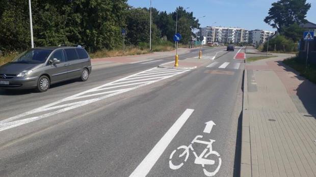 Droga rowerowa urywa się przed przejściem i wysepką, powodując niebezpieczne i konfliktowe sytuacje na drodze.