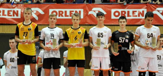 Siatkarze z nagrodami indywidualnymi. Wśród nich Ryszard Sałata jako najlepszy blokujący (z lewej) i Marcel Kapuściński jako najlepszy rozgrywający (trzeci od lewej).