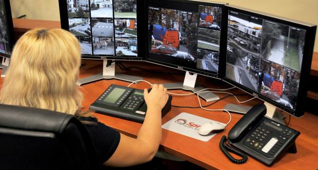 Monitoring miejski jest obsługiwany całodobowo w centrum. Pracujący mogą na bieżąco reagować na to, co się dzieje. Kamery dzielnicowe to inna sprawa - też korzystają z nich służby, ale dopiero po akcie wandalizmu czy innym przestępstwie.