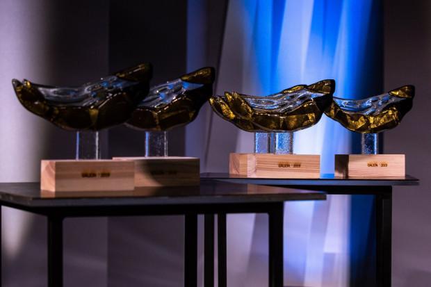 Statuetki Galionów Gdyńskich. Nagroda ta przyznawana jest już od 1995 roku. Docenia starania osób związanych z kulturą, które swoimi działaniami aktywizują lokalną społeczność.