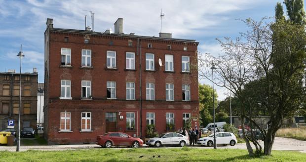 Dolne Miasto. Kamienica przy ul. Kurzej 9. Lokatorka, która odbierała mieszkanie od Gdańskich Nieruchomości, w tym budynku miała podpisać protokół, do którego nie mogła wpisać uwag dotyczących stanu nieruchomości.