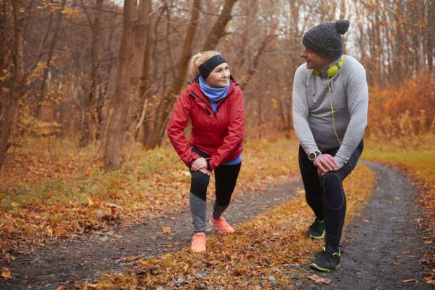 Aktywność fizyczna dodaje energii i poprawia nastrój. Jeśli nie jest naszym nawykiem, dobrze zacząć ćwiczyć w towarzystwie innej osoby.