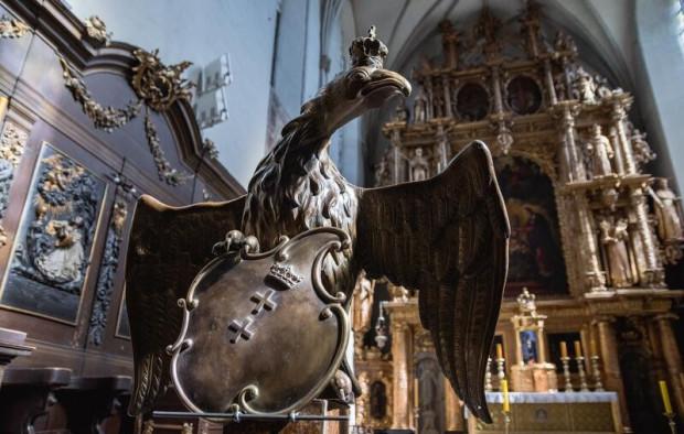 Pulpit na kancjonały w kształcie orła stanisławowskiego powstał w 1764 r. Przez ostatnich kilkadziesiąt lat był przechowywany w kilku elementach w krypcie i w zakrystii. Teraz odrestaurowany powrócił do prezbiterium.