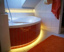 Pasek LED w obudowie wanny i oświetlający półkę nad wanną w zasadzie wyklucza użycie innego oświetlenie w czasie relaksującej kąpieli.