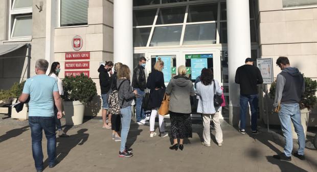 Przed Urzędem Miasta codziennie ustawia się kolejka osób oczekujących na wejście do budynku.