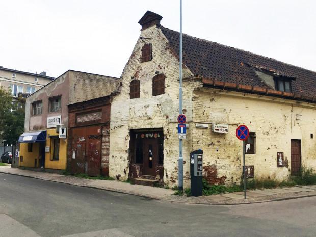 Na terenie przeznaczonym na sprzedaż, poza budynkiem z lodziarnią Miś, znajduje się również zabytkowy spichlerz (na pierwszym planie).