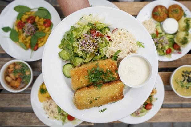 Kuchnia wegetariańska ma do zaoferowania całe mnóstwo przepysznych produktów i dań. Jest pyszna, kolorowa i sycąca.