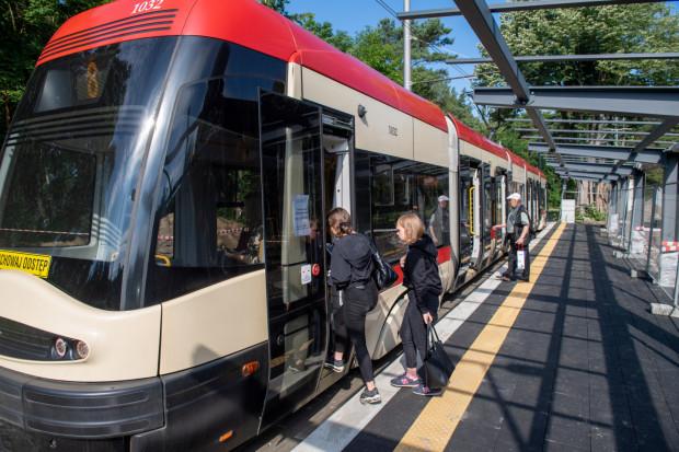 W związku ze spadkiem wpływów z biletów o 40 mln zł miasto zawiesiło jedną linię tramwajową (nr 11), jedną autobusową (100) i ograniczyło kursowanie na kilku kolejnych.
