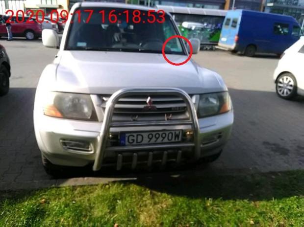 Zdjęcia wykonane przez kontrolera wykonane w czasie, gdy pan Arkadiusz przebywał przy parkomacie i pobierał bilet uprawniający do darmowego postoju. W kółku zaznaczyliśmy miejsce, gdzie leżała karta parkingowa pana Arkadiusza.
