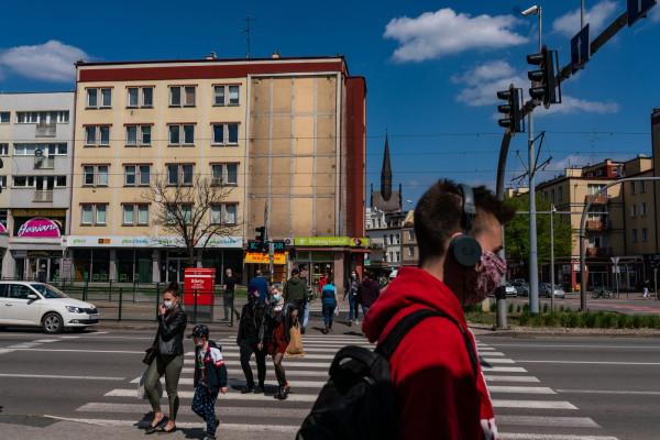 Obowiązek zakrywania twarzy dotyczy stref czerwonych, w których znajdzie się m.in. Sopot. Resort zdrowia poinformował, że obostrzenie obejmie także strefy żółte (od soboty Gdynię i Gdańsk).