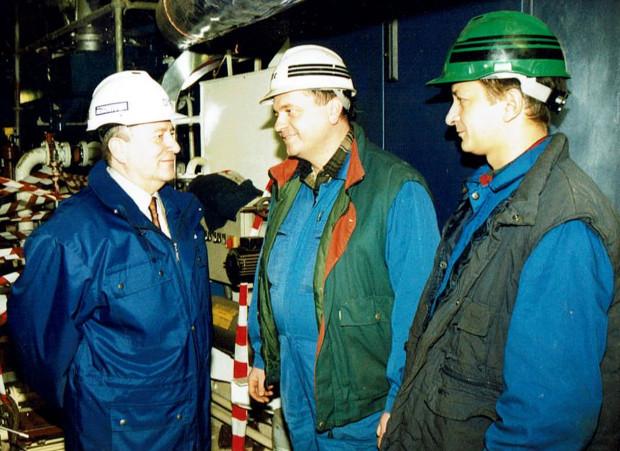Dyrektor naczelny Piotr Soyka w latach 90., podczas inspekcji na statkach remontowanych w stoczni. Pierwszy z prawej - kierownik Wydziału Rurowni Adam Ruszkowski.
