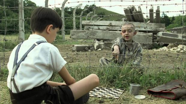 """""""Chłopiec w pasiastej piżamie"""" to wzruszająca i wstrząsająca historia niezwykłej przyjaźni żydowskiego chłopca i syna komendanta obozu koncentracyjnego."""