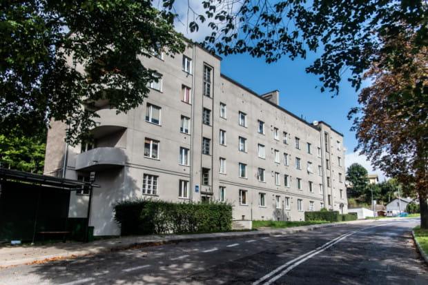 W ostatnich miesiącach przeprowadzono remont jednej ze stron elewacji budynku przy ul. Arciszewskich 23. W grudniu w mieszkaniach ma się pojawić kotłownia i ciepło z gazu.