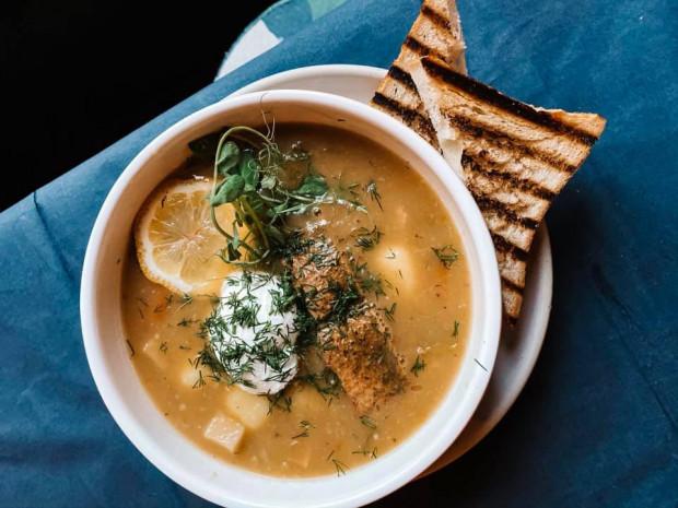 """W lokalach dostaniemy wiele rodzajów zup: od tych podawanych """"z wkładką"""" mięsną lub warzywną, buliony, poprzez te zblendowane na krem, aż po warianty podawane z makaronem czy kaszą."""