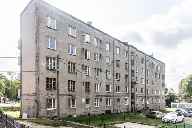Urzędnicy tłumaczyli, że na dalsze prace przy elewacji nie zezwolił konserwator zabytków, więc budynek jest wyremontowany w połowie,a reszta jest w coraz gorszym stanie.