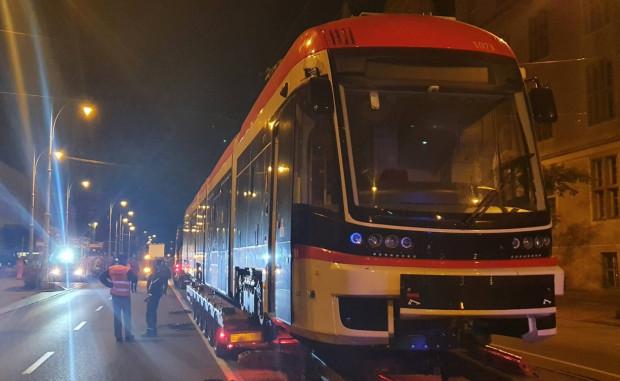 Nocny rozładunek tramwaju Pesa Jazz Duo - pierwszego z drugiej części dostawy obejmującej 15 nowych pojazdów.