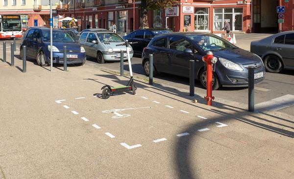 Wyznaczone miejsce do parkowania hulajnóg na ul. Dmowskiego.