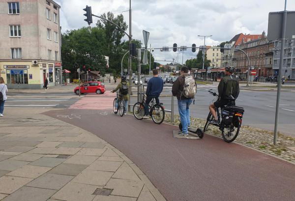 Hulajnogami powinno się jeździć wyłącznie po chodnikach, jednak pod względem nawierzchni zdecydowanie lepsze i bezpieczniejsze są drogi rowerowe.