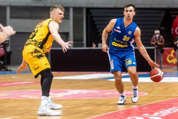 Karol Gruszecki (z lewej) i Przemysław Żołnierewicz (z prawej) są najskuteczniejszymi koszykarzami odpowiednio Trefla Sopot i Asseco Arki w tym sezonie.