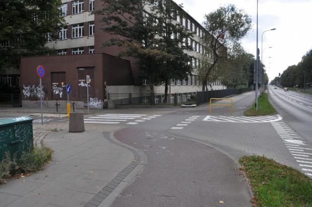 Wzajemną widoczność kierowców włączających się do ruchu i jadących drogą rowerową rowerzystów miałaby poprawić przebudowa ogrodzeń na sąsiednich działkach.