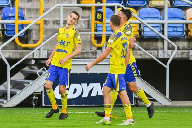 Juliusz Letniowski (z lewej) nie zagra w Opolu z powodu kartek. Trener Ireneusz Mamrot wypracował kilka wariantów na zastąpienie najlepszego snajpera Arki Gdynia.