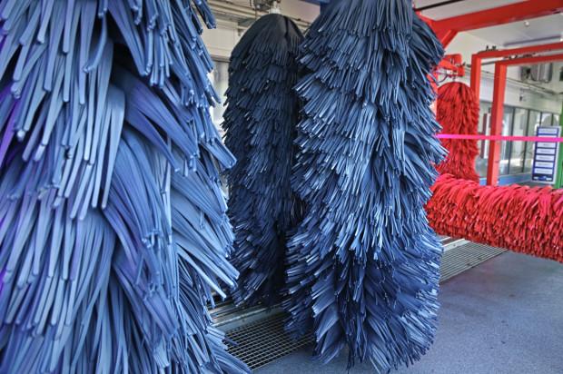 Miękkie, tekstylne szczotki są bezpieczne dla lakieru.
