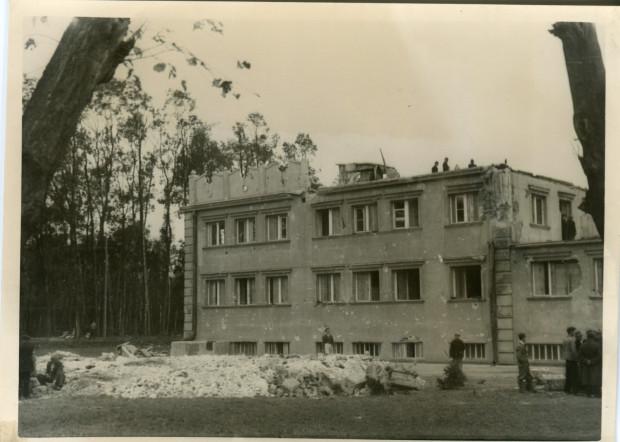 Zdjęcia Nowych Koszar wkrótce po zakończeniu bohaterskiej, polskiej obrony Westerplatte we wrześniu 1939 r.