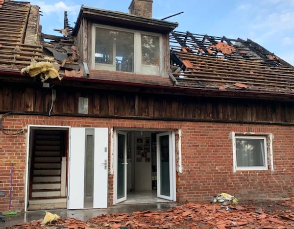 Skutki pożaru, który strawił dom państwa Madejskich ze Straszyna.