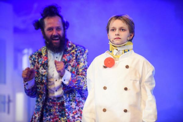 Bardzo dobrze na scenie prezentują się dziecięcy wykonawcy. Świetną, pozbawioną emocji rolę androida Alojzego zagrała Konstancja Martin (na zdjęciu razem z Krystianem Wieczyńskim w roli Pana Kleksa).