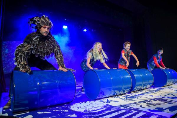 Z dziećmi najlepszy kontakt na scenie ma Piotr Kłudka, czyli Szpak Mateusz (po lewej).