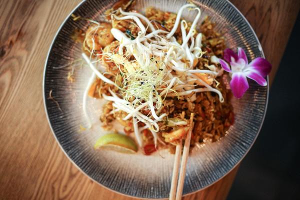 Khao pad - smażony tajski ryż, opcja z krewetkami.