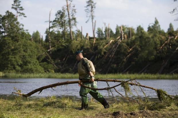 Twórcy ustawy metropolitalnej dla Pomorza uważają, że wspólnie będzie łatwiej reagować na zmiany klimatyczne i bronić się przed ich wpływem na nasze życie. Nz. żołnierze usuwają drzewa leżące na rzece Brdzie w okolicy miejscowości Konigort po nawałnicy, która w sierpniu 2017 roku przetoczyła się nad Polską.