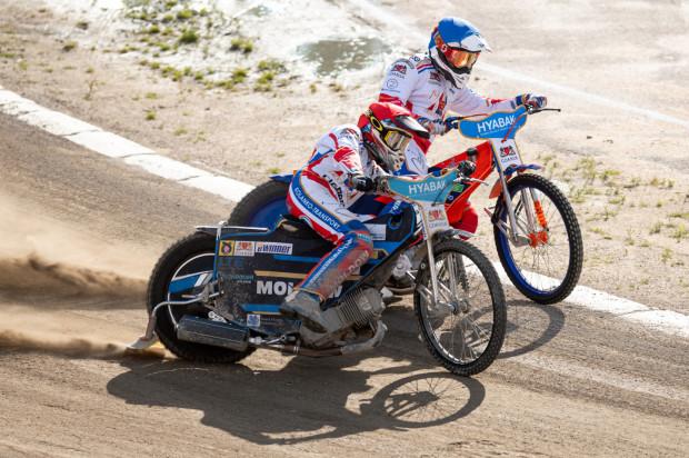 Rasmus Jensen (kask czerwony) i Kacper Gomólski (niebieski) poprowadzili Wybrzeże do nieoczekiwanej wygranej w Tarnowie.