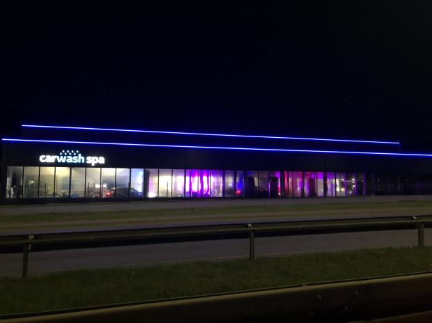 Iluminacja świetlna na budynku myjni.