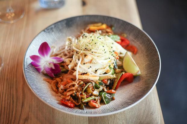 """W kolejnym odcinku cyklu """"Jemy na mieście"""" odwiedziłam restaurację z kuchnią azjatycką w Gdyni Lolo Thaijolo. Na zdjęciu: makaron pad thai."""