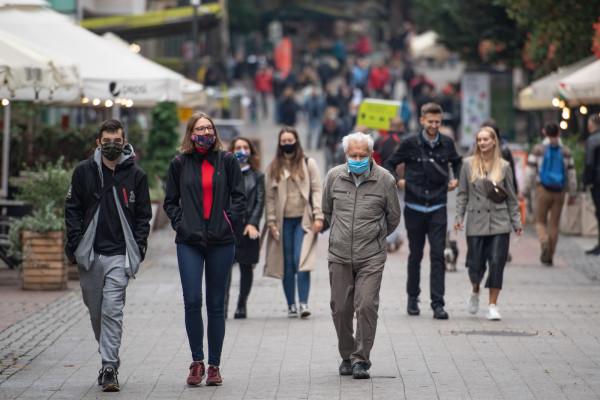 Od soboty nawet w żółtych strefach maseczki mają być obowiązkowe w przestrzeni publicznej, czyli również na ulicach.