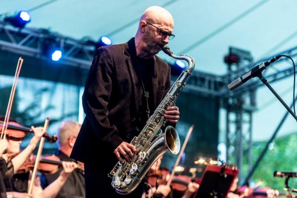 Wojtek Staroniewicz to saksofonista, aktywny na trójmiejskiej scenie jazzowej od wielu lat. Na zdjęciu: Koncert Muzyki Filmowej podczas Sopot Film Festival w 2016 roku.