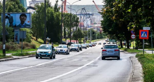 Na najstarszym fragmencie Trasy Kwiatkowskiego pojawią się nowe pasy dla autobusów oraz droga rowerowa i chodnik.