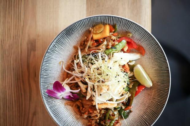 Pad thai - tajski makaron ryżowy, opcja extra warzywa.