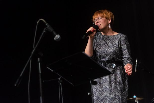 """""""Ten album to mój bluesowy hołd dla pierwszej damy soulu"""" - przyznaje Joanna Knitter. Na zdjęciu: artystka podczas koncertu """"Szpetni czterdziestoletni na jazzowo, czyli..."""" w Teatrze Miejskim w Gdyni 27.09.2020."""