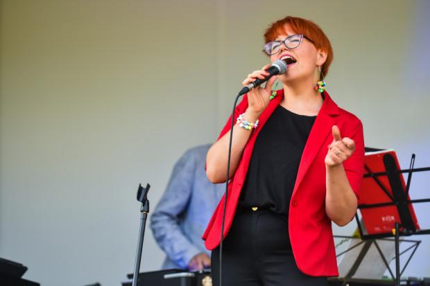 Joanna Knitter podczas występu na Letniej Scenie Blues Clubu w parku Kolibki