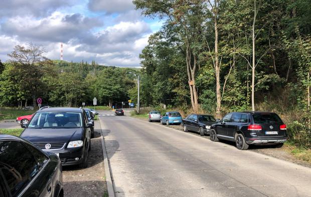 Miasto zapowiada m.in. montaż słupków, które uniemożliwią parkowanie w obrębie skrzyżowania.